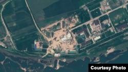 올해 8월 6일 북한 영변 핵 시설을 찍은 위성 사진. 경수로 건물 꼭대기에 새롭게 반구형 지붕을 설치한 것을 확인할 수 있다. 지오아이(GeoEye) 제공.