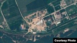 북한 영변 핵 시설의 지난해 위성 사진. 경수로 건물 꼭대기에 새롭게 반구형 지붕을 설치한 것을 확인할 수 있다. 지오아이(GeoEye) 제공.
