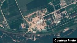 북한 영변 핵 시설의 지난해 8월 인공위성 사진. 경수로 건물 꼭대기에 새롭게 반구형 지붕을 설치한 것을 확인할 수 있다. 지오아이(GeoEye) 제공.