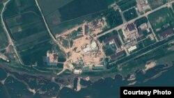 지난 8월 6일 북한 영변 핵 시설을 찍은 인공위성 사진. 경수로 건물 꼭대기에 반구형 지붕을 설치한 것을 확인할 수 있다. 지오아이(GeoEye) 제공.