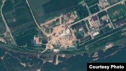 북한 영변 핵 시설의 경수로 건물과 인근 시설을 찍은 인공위성 사진 (자료사진) 지오아이(GeoEye) 제공.