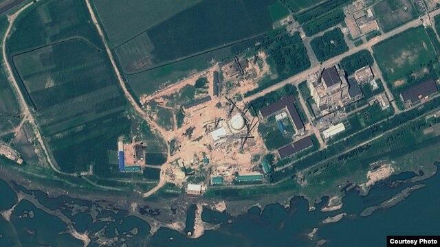 지난해 8월 6일 북한 영변 핵 시설의 위성사진. 경수로 건물 꼭대기에 새롭게 반구형 지붕을 설치한 것을 확인할 수 있다. 미국 '지오아이' 제공.