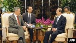 Thủ tướng Singapore Lý Hiển Long (trái) đón tiếp Tổng thống Miến Ðiện Thein Sein tại tòa nhà Istana ở Singapore, ngày 30/1/2012