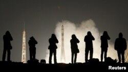 Para juru foto mengabadikan peluncuran Soyuz TMA-20M yang membawa astronot AS, Jeff Williams dan dua astronot Rusia, Alexey Ovchinin dan Oleg Skripochka dari kosmodrom Baikonur, Kazakhstan, Sabtu pagi (19/3).