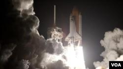 El transbordador Discovery al arrancar hacia la Estación Espacial Internacional desde el Centro Espacial Kennedy en Florida.
