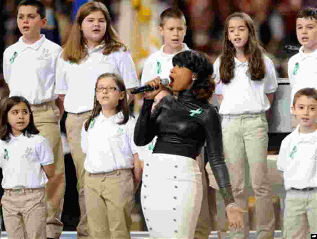 Penyanyi Jennifer Hudson tampil dalam Super Bowl XLVII di New Orleans, diiringi paduan suara dari Sekolah Dasar Sandy Hook, Newtown, Connecticut, tempat terjadinya tragedi penembakan Desember 2012 lalu. (Jordan Strauss/Invision/AP)