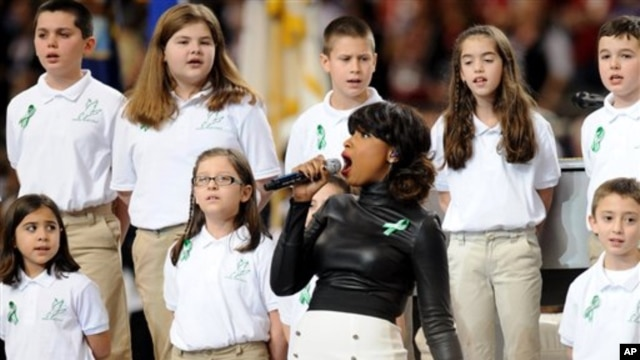 Estudiantes de la escuela Sandy Hook de Connecticut, donde hace dos meses se dio una mortal balacera, cantaron 'America the beautiful'.