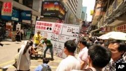 人权团体在香港闹市区示范中国当局酷刑招数