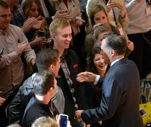 Sinh viên trường đại học Utah vỗ tay tán thưởng cựu ứng cử viên tổng thống Mitt Romney sau khi ông phát biểu về cuộc bầu cử năm 2016 và về ông Donald Trump.