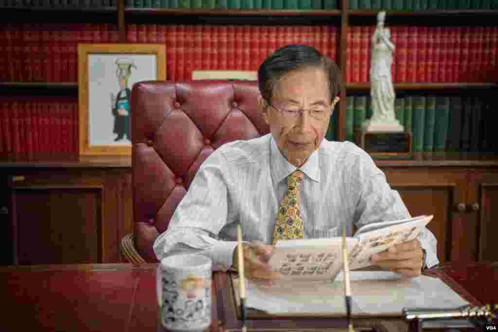 香港资深大律师、老资格的民主人士李柱铭接受美国之音采访。他认为,香港历史上从未有过如此之多的年轻人如此关注政治和社会运作,因此他对香港未来的看法比从前乐观很多 (美国之音方正拍摄)
