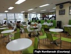 Siswa SMA International Islamic High School (IIHS) saat sedang istirahat di kantin sekolah. (Foto: Fiqih Nurdiansah)