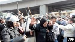 Hình ảnh truyền hình cho thấy cảnh sát chống bạo động đánh đập người biểu tình ở Ai Cập