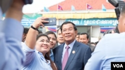 Prime Minister Hun Sen took a selfie with his supporter at the annual ceremony to mark 38 years since the fall of Khmer Rouge in 1979 at its headquarter on January 07, 2017 in Phnom Penh. (Hean Socheata/ VOA Khmer)