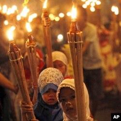ក្រុមកុមារដើរដង្ហែនៅតាមផ្លូវ ដោយកាន់គប់ភ្លើង ដើម្បីប្រារព្ធពិធីបុណ្យ Eid al-Fitr ដែលសម្គាល់ថ្ងៃបញ្ចប់នៃការតមអាហារក្នុងខែរ៉ាម៉ាដាន់របស់ជនមូស្លីម នៅក្នុងទីក្រុងហ្សាការតា ប្រទេសឥណ្ឌូនេស៊ី កាលពីថ្ងៃទី៣០ខែសីហាឆ្នាំ២០១
