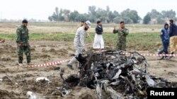 Polisi Irak memeriksa lokasi serangan bom di ps pemeriksaan polisi dekat kota Najaf, Irak, 1 Januari 2017.