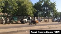 Bourse du travail quadrillée par la police à N'Djamena pour empêcher un rassemblement de femmes syndicalistes, Tchad, 6 decembre 2016. (VOA/André Kodmadjingar)