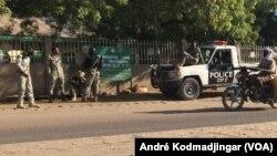Des policiers devant la Bourse du travail à N'Djamena, Tchad, 6 decembre 2016. (VOA/André Kodmadjingar)