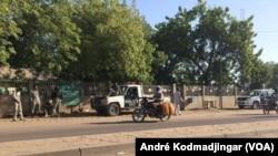 L'entrée principale de la bourse de travail quadrillée par la police à N'Djamena, Tchad, 6 decembre 2016. VOA/André Kodmadjingar