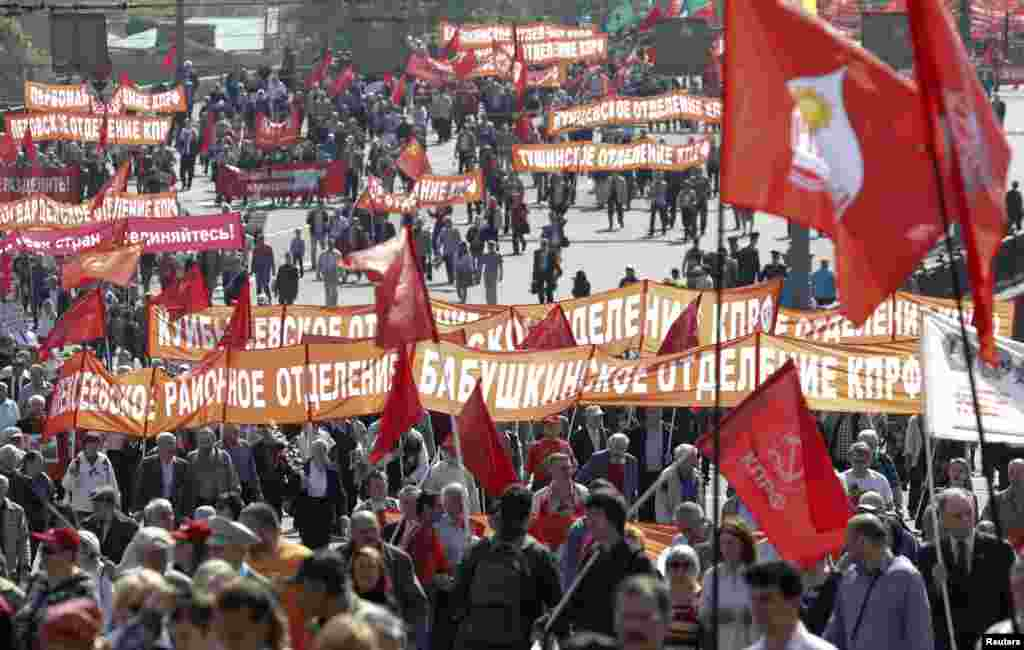 Members of Russia's Communist party carry banners and flags during a May Day rally in Moscow, May 1, 2014.