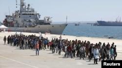 2015年 5月4日走下意大利海军舰船的非法移民