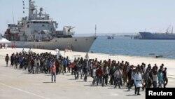 Para migran yang berhasil diselamatkan oleh AL Italia turun dari kapal Italia di pelabuhan Augusta, Sisilia (4/5).