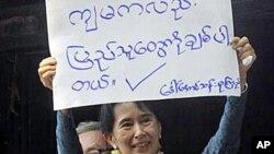 5일 자신이 당수로 있는 버마의 주요 야당 민족민주동맹 본부에 복귀한 버마의 민주화 운동 지도자 아웅 산 수치 여사
