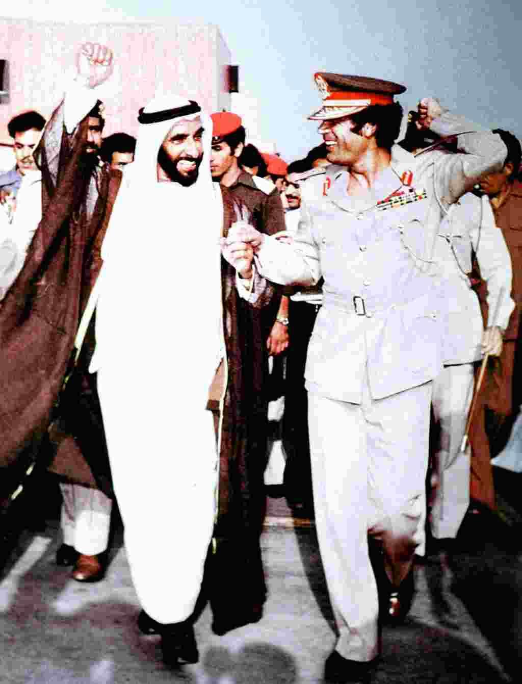 در این تصویر که در سال ۱۹۷۹ برداشته شده است شیخ زاید بن سلطان آل نهیان رهبر امارات متحده عربی باتفاق سرهنگ معمر قذافی دیده میشوند.