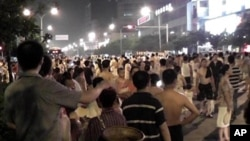 現場目擊者提供 成都市民上街抗議停電,阻斷了交通