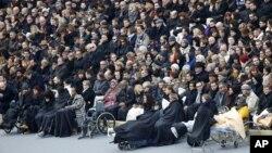 Para korban yang terluka dalam serangan 13 November di Paris, terlihat berada di antara para hadirin yang sedang menunggu dimulainya upacara di halaman kompleks Invalides, Paris (27/11).