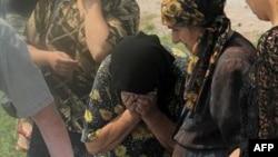Родичі загиблих плачуть над труною шахтаря, який загинув в аварії на шахті імені Бажанова в Макіївці.