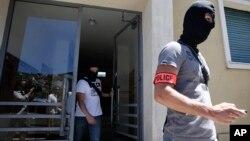 Polisi khusus Perancis saat melakukan pemeriksaan di apartemen pelaku serangan di kota Nice, Mohamed Lahouaiej Bouhlel, 16 Juli lalu (foto: dok).
