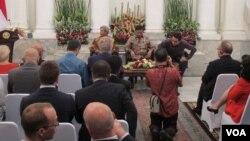 Menteri Koodinator Bidang Politik, Hukum, dan Keamanan Wiranto Kamis (1/12), memberi penjelasan kepada para duta besar dan perwakilan negara-negara asing soal situasi keamanan dan politik dalam negeri di Kementerian Luar Negeri. (VOA/Fathiyah Wardah)
