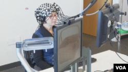 裝配有記錄大腦活動的傳感器的頭蓋帽,檢測大腦活動水平。(視頻截圖)