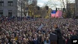 奥巴马11月4日在新罕布什尔州首府广场发表竞选演说