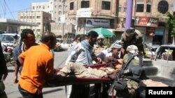 حکومت کے حامی جنگجو اپنے ایک زخمی ساتھی کو لے جا رہے ہیں (فائل فوٹو)