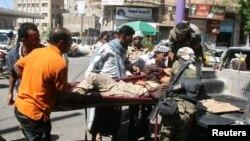 ພວກນັກລົບສະໜັບສະໜູນລັດຖະບານ ຫາມເອົາເພື່ອນທີ່ໄດ້ ຮັບບາດເຈັບ ລະຫວ່າງການສູ້ລົບກັບພວກກະບົດ Houthis ຢູ່ເມືອງ Taiz ທາງພາກຕາເວັນຕົກສຽງໃຕ້ຂອງປະເທດ Yemen.