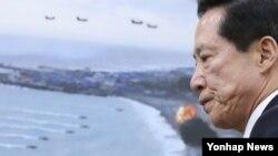 송영무 한국 국방부장관이 31일 오후 국회에서 열린 국방위원회 전체회의에서 인사말을 위해 단상으로 향하고 있다.