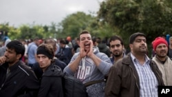 大批难民等待从塞尔维亚进入克罗地亚