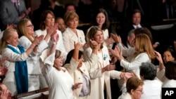 2019 წელი, კონგრესმენი ქალების ნაწილი პრეზიდენტს სუფრაჟისტების მოძრაობის წევრების მსგავსად თეთრ სამოსში გამოწყობილები დახვდნენ.