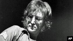 ນີ້ແມ່ນຮູບຖ່າຍໃນວັນທີ 30 ສິງຫາ 1972, John Lennon ສະແດງຄອນເສີດທີ່ Madison Square Garden, ນະຄອນ ນິວຢອກ, ສະຫະລັດ ອາເມຣິກາ.