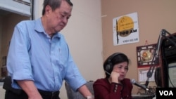 Duong Phuc and Vu Thahn Thuy in the Radio Saigon-Houston studio. (G. Flakus/VOA)