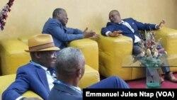 Entretien entre le président du comité de normalisation de football et le président de la Caf, à Yaoundé, Cameroun, le 2 octobre 2018. (VOA/Emmanuel Jules Ntap)