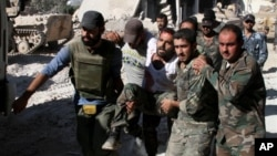 Yaralanan bir Suriye askeri taşınırken (Arşiv)