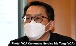 """香港中文大学社会科学院客席讲师叶国豪表示,调查显示21%的受访者有计划移民, 即使非民主派支持者中亦有14%有计划移民,他认为""""是一个不好的讯号"""",值得重视 (美国之音/汤惠芸)"""
