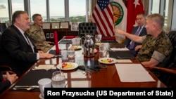 美国国务卿蓬佩奥在佛罗里达州坦帕市的麦克迪尔空军基地和美国特种作战司令部工作早餐