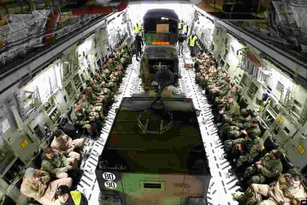 2013年1月24日,美国空军运输机从法国南部马赛附近基地出发,向马里运送法军人员和装备。