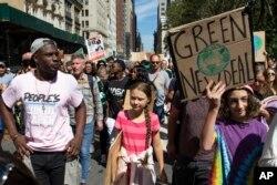 스웨덴의 청소년 환경운동가 그레타 툰베리 양이 20일 미국 뉴욕에서 열린 환경보호 집회에 참석했다.