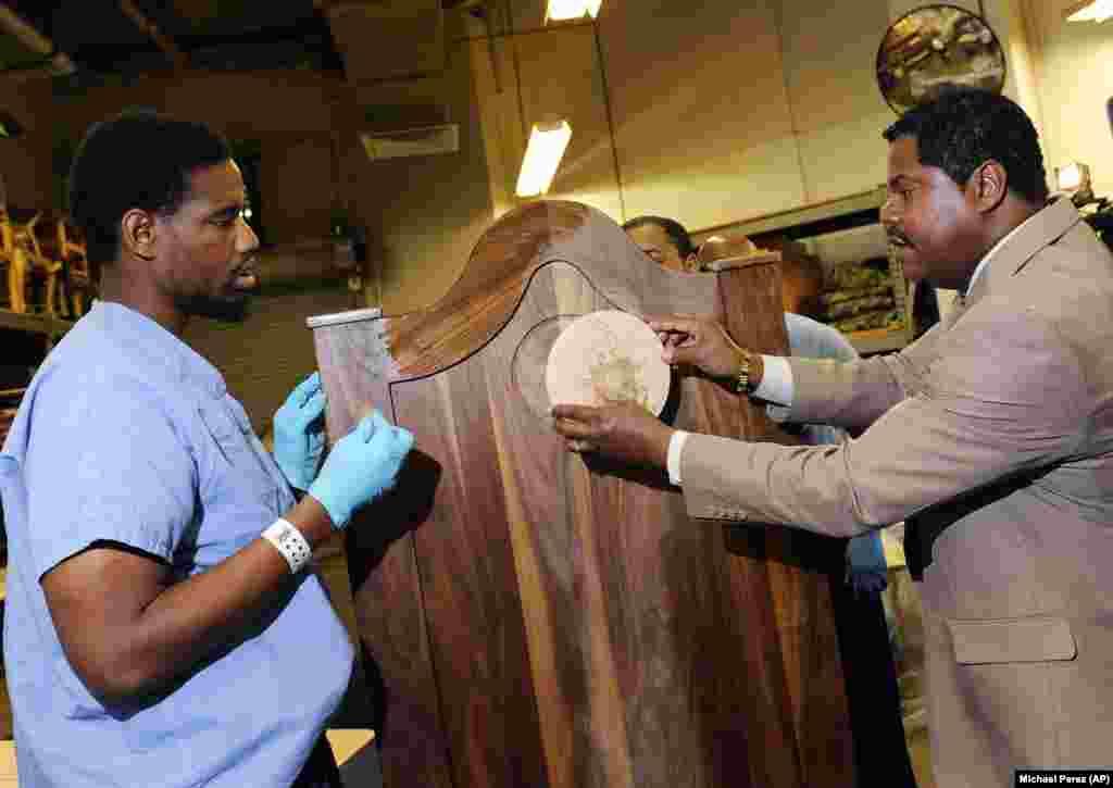 Presidiários de uma prisão de Filadélfia constroem uma cadeira para o Papa