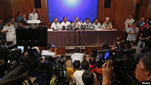 Malaysia's Transport Minister Hishammuddin Hussein (C) speaks at a news conference at a hotel near Kuala Lumpur International Airport in Sepang March 9, 2014.
