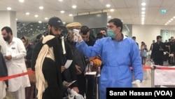 اسلام آباد ایئرپورٹ پر کرونا وائرس کی تشخیص کے لیے مسافروں کی اسکیننگ کی جا رہی ہے۔ (فائل فوٹو)